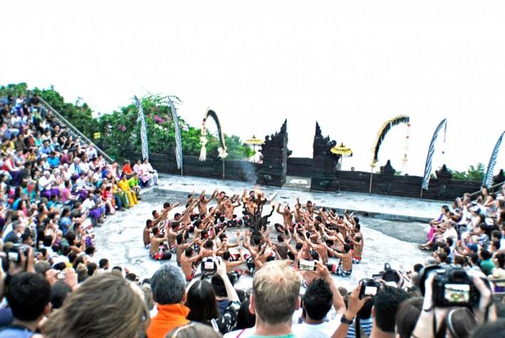 ウルワトゥ寺院のケチャダンス&ジンバランカフェ