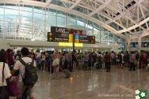 デンパサール空港は、相変わらず、ごったがえしております!
